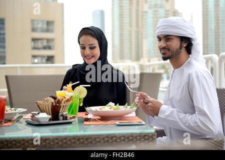 Jeune couple emiratis coin Banque D'Images