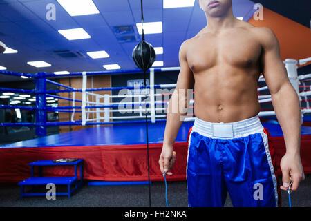 Portrait d'un boxeur debout près de ring de boxe Banque D'Images