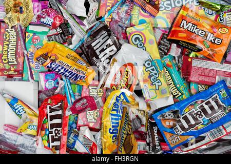 Assortiment de couleurs bonbons américaine rétro pour enfants et les paquets vides de bonbons Banque D'Images