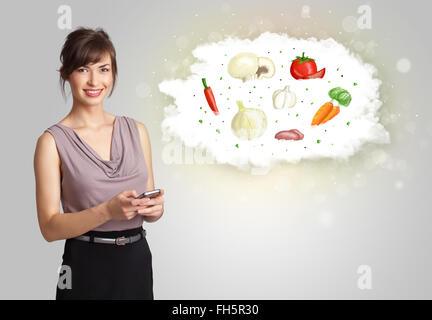 Jolie femme présentant un nuage d'concept légumes Banque D'Images
