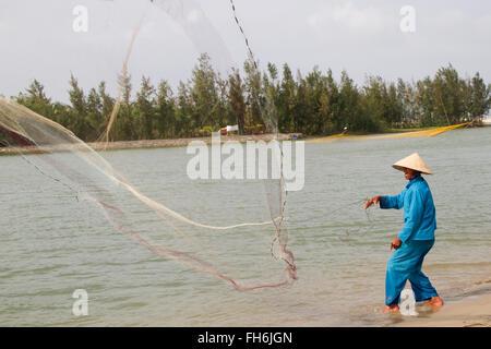 Pêcheur utilise un filet de poisson pour jeter, Viêt Nam Banque D'Images