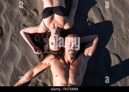 Espagne, Ténérife, portrait de couple en train de bronzer sur la plage Banque D'Images