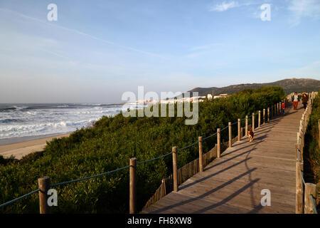 Passerelle en bois sur la famille à travers la végétation sur les dunes de sable, Vila Praia de Ancora en arrière Banque D'Images