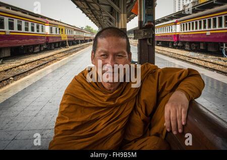 Portrait d'un moine bouddhiste à la gare de Bangkok, Thaïlande Banque D'Images