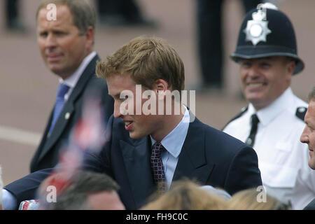 Le prince William salue des sympathisants à la foule dans le centre commercial avant un concours spécial marquant Banque D'Images
