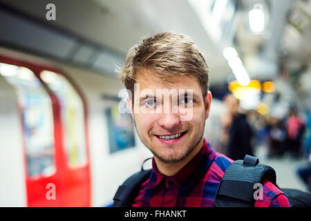 Close up, hipster homme sur plate-forme contre Subway train Banque D'Images