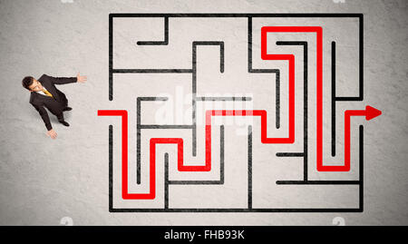 Homme perdu trouvé le chemin dans le labyrinthe avec flèche rouge