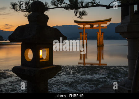 Le Japon Miyajima Itsukushima grand torii rouge Banque D'Images