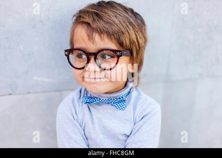 Portrait of smiling little boy wearing oversized spectacles Banque D'Images