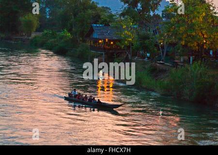 Crépuscule à l'île de DET FAIT dans la région des Mille-Îles 4 (Si Phan Don) de la rivière du Mékong - Sud, Laos Banque D'Images