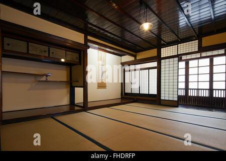 int rieur d 39 un b timent traditionnel japonais avec tatamis et portes coulissantes en papier de. Black Bedroom Furniture Sets. Home Design Ideas