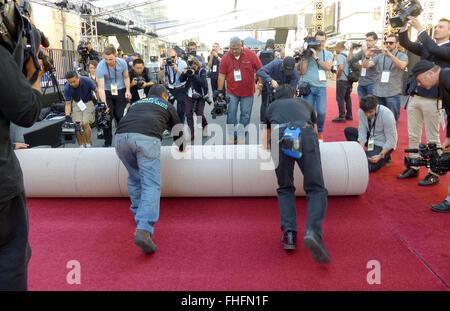 Los Angeles, CA, USA. Feb 24, 2016. Le tapis rouge a été mis en place en face de la Kodak Theater sur Hollywood Banque D'Images