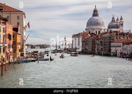 Le Grand Canal très animé avec beaucoup de circulation, Venise, et la basilique de Santa Maria della Salute depuis le pont de l'Accademia, Venise, Italie, sous un ciel bleu