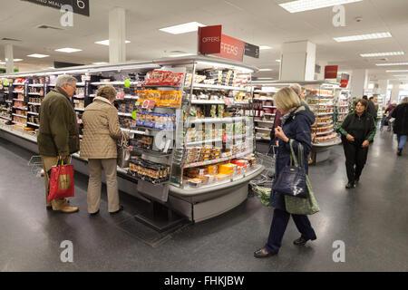 Personnes qui magasinent pour de la nourriture dans un magasin de restauration Marks and Spencer ( M&S ), Cambridge, Royaume-Uni