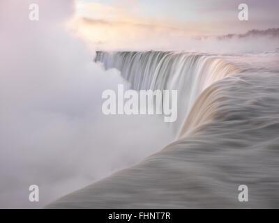 Bord de Niagara Falls Canadian Horseshoe beau lever de paysages dans des tons pastels doux, hiver scenic. Chute Banque D'Images