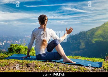 Femme pratique le yoga asana Marichyasana Banque D'Images