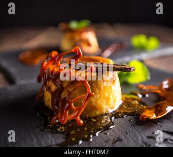 Crème caramel maison servi avec sirop sucré, un dessert traditionnel
