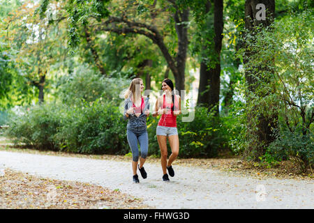 Deux belles femmes en tenue de jogging du parc et leur corps en forme Banque D'Images