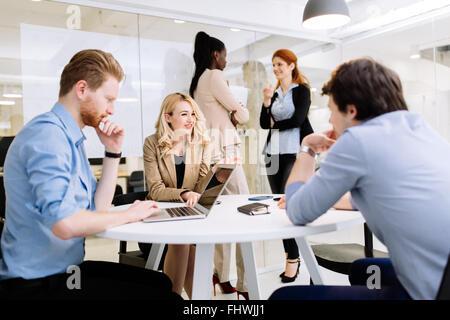 Groupe de gens d'affaires travailler au bureau et discuter de nouvelles idées Banque D'Images