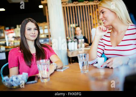 Belle femme de boire du café dans un café en bois Banque D'Images
