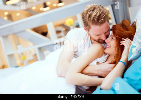Couple romantique en amour allongé sur lit et être dans la passion Banque D'Images