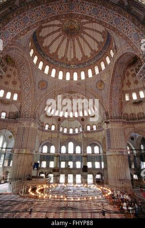 Intérieur de la Mosquée Bleue (Sultanahmet Camii) qui a été achevée en 1616 et a 6 minarets et 260 fenêtres - Istanbul, Banque D'Images