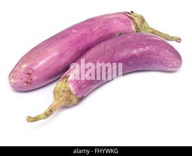 Deux aubergines mûres violet isolé sur fond blanc Banque D'Images