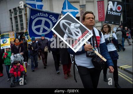 Londres, Royaume-Uni. Feb 27, 2016. Trident d'arrêt de mars à Marble Arch, vu ici, Trafalgar Square, au centre de Londres aujourd'hui. 27 février 2016 Des milliers de jeunes et vieux protester contre la poursuite de missiles nucléaires Trident le système actuellement utilisé par le gouvernement britannique. Crédit: BRIAN HARRIS/Alamy Live News