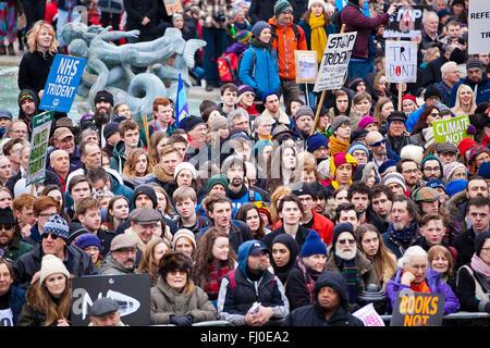 Londres, Royaume-Uni. Feb 27, 2016. Des milliers de personnes, rejoint par des responsables politiques, y compris Jeremy Corbyn et Nicola Sturgeon, et les dirigeants des syndicats de masse assister à une manifestation nationale contre le renouvellement d'armes nucléaires Trident dans la région de Marble Arch et de rassemblement à Trafalgar Square. La manifestation organisée par la campagne pour le désarmement nucléaire et appuyé par Coalition contre la guerre. Credit: Dinendra Haria/Alamy Live News