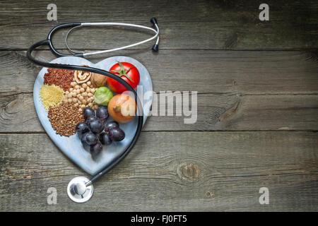 Concept de vie sain avec des aliments sur le coeur libre Banque D'Images