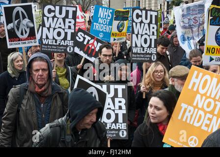 Londres, Royaume-Uni. 27 févr. 2016. Les protestataires manifester contre Trident; ils portent des bannières 'Couper la guerre non pas du bien-être social' 'NHS' Trident pas. Les manifestants sont d'âges différents et des groupes ethniques. Credit: Maggie Sully/Alamy Live News