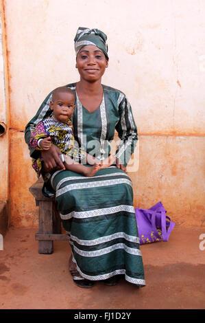Belle Mère de l'Afrique noire avec son enfant baby posing in Porto-Novo, Bénin Banque D'Images