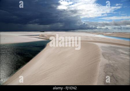 Paysage de dunes de sable et Lençois Maranhenses, Barreirinhas , Maranhão , Brésil Banque D'Images