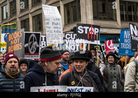 Londres, Royaume-Uni. Feb 27, 2016. Trident d'arrêt, de démonstration organisé par campagne pour le désarmement nucléaire, Londres, Angleterre, Royaume-Uni. 27/02/2016 Credit: Bjanka Kadic/Alamy Live News