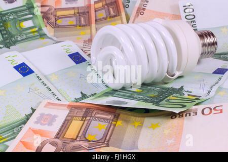 Économiser de l'argent épargner.ampoule ampoule lumière sur le fond de l'euro Banque D'Images