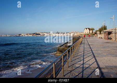 Le Portugal, promenade dans la ville balnéaire de Cascais par l'océan Atlantique avec des escaliers à l'eau Banque D'Images
