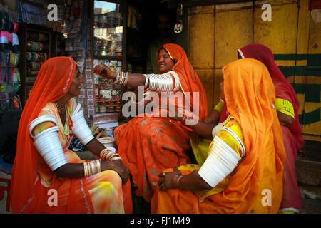 Les femmes en sari clored shopping pour bracelets dans Jaisalmer, Inde Banque D'Images