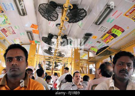 Personnes passagers à l'intérieur de réseau express régional à Mumbai, Bombay, Inde