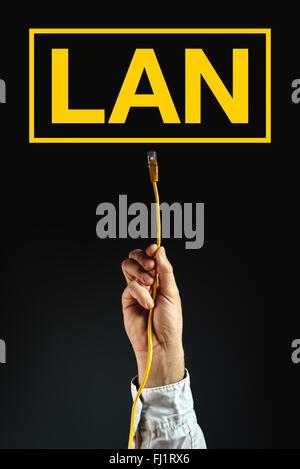 Businessman de brancher des câbles LAN pour connecter au réseau local, solution d'entreprise. Banque D'Images