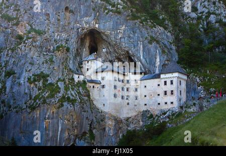 Château de Predjama (Predjamski Grad) - Château Renaissance construit à l'intérieur de la bouche de la grotte de Banque D'Images
