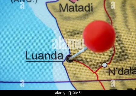 Close-up d'une punaise rouge sur une carte de Luanda, en Angola. Banque D'Images