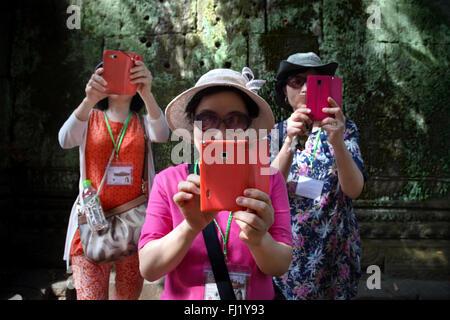 Les touristes en tenant avec selfies téléphone mobile à l'intérieur du temple d'Angkor Vat, au Cambodge Banque D'Images