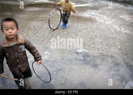 Les enfants jouent dans le village Shiqiao, Guizhou, Chine Banque D'Images
