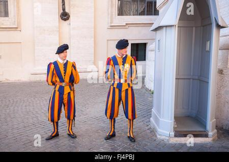 Gardes Suisses en service à la basilique St Pierre - Vatican Banque D'Images