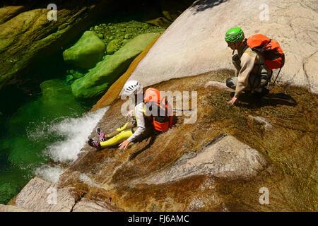 Canyoning dans le canyon de Purcaraccia en montagne Bavella, France, Corse, aiguilles Banque D'Images