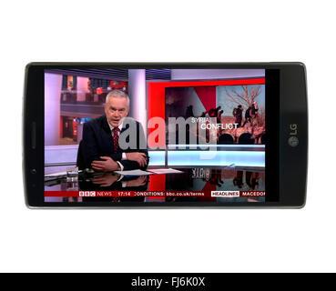 En regardant les nouvelles de BBC iPlayer via l'app sur un LG G4 smartphone Android 5,5 pouces Banque D'Images