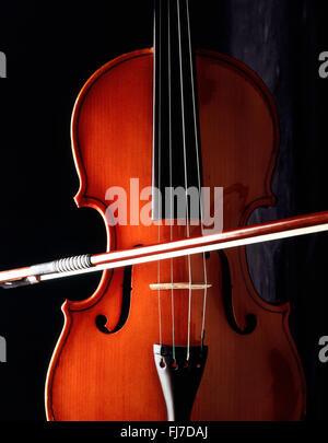 La nature morte de Violin and Bow avec fond noir, Londres, Angleterre, Royaume-Uni Banque D'Images