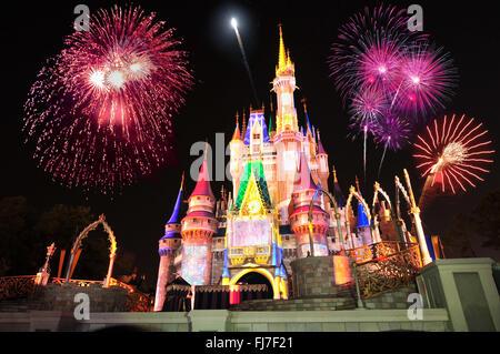 Affichage de l'artifice et de lumières colorées sur le Château de Cendrillon au Magic Kingdom de Disney World, Orlando, Banque D'Images