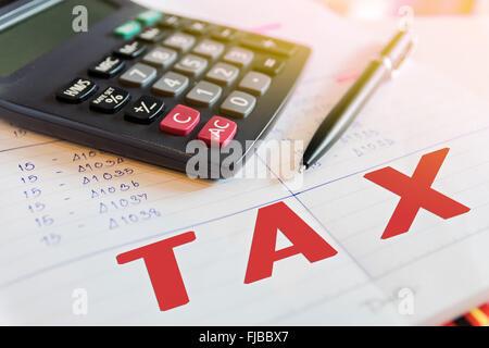 Calculatrice et dispositifs de plume dans les calculs d'impôt mots. Banque D'Images
