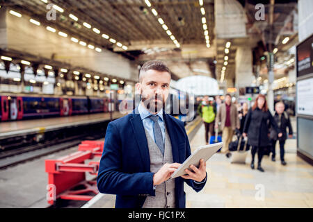 Close up, hipster businessman with tablet, gare